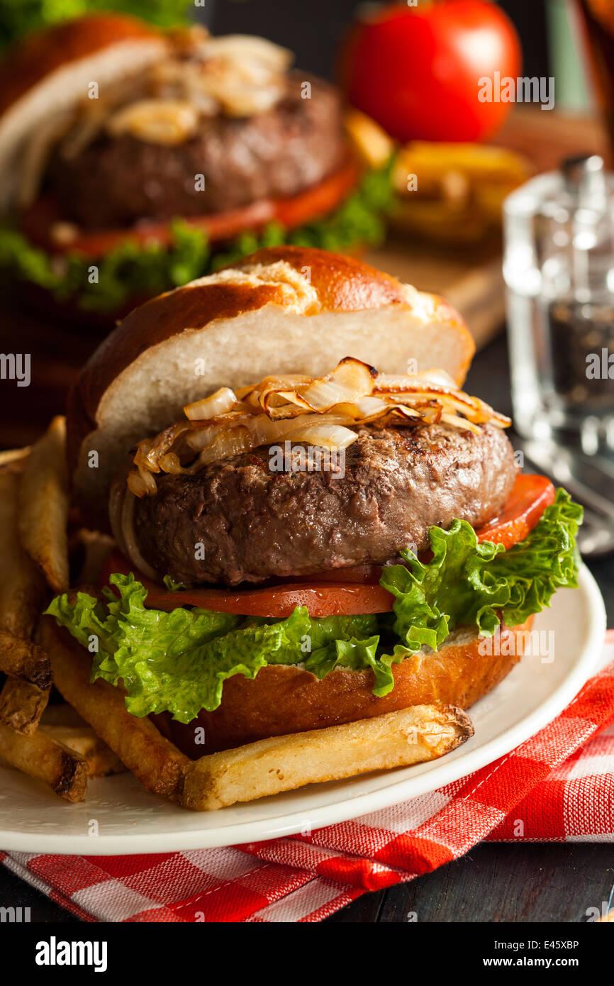 Hamburger gourmet avec laitue tomate et oignons Photo Stock