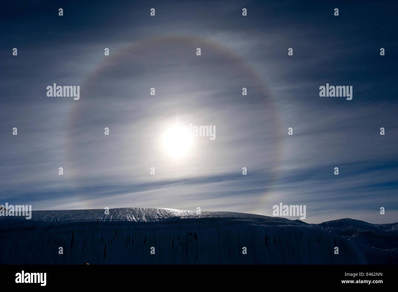 Sun chien, ou Parhelion, causé par la réfraction des rayons du soleil, plus souvent observée dans Photo Stock