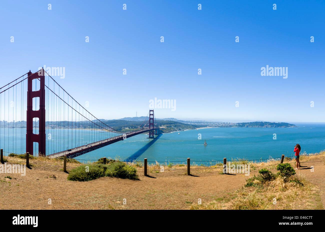 Femme de prendre une photo du Golden Gate Bridge depuis la batterie Spencer sur les Marin Headlands, San Francisco, Photo Stock