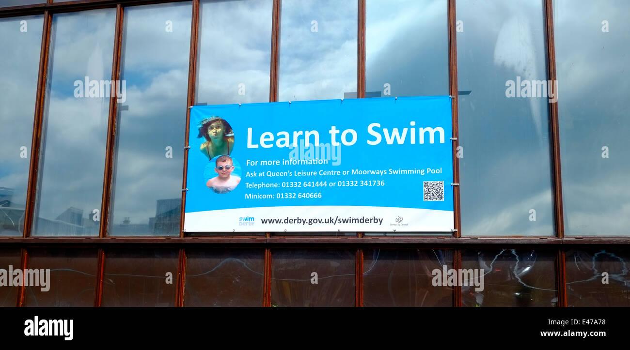 Apprendre à nager England UK Derby d'enseigne Photo Stock