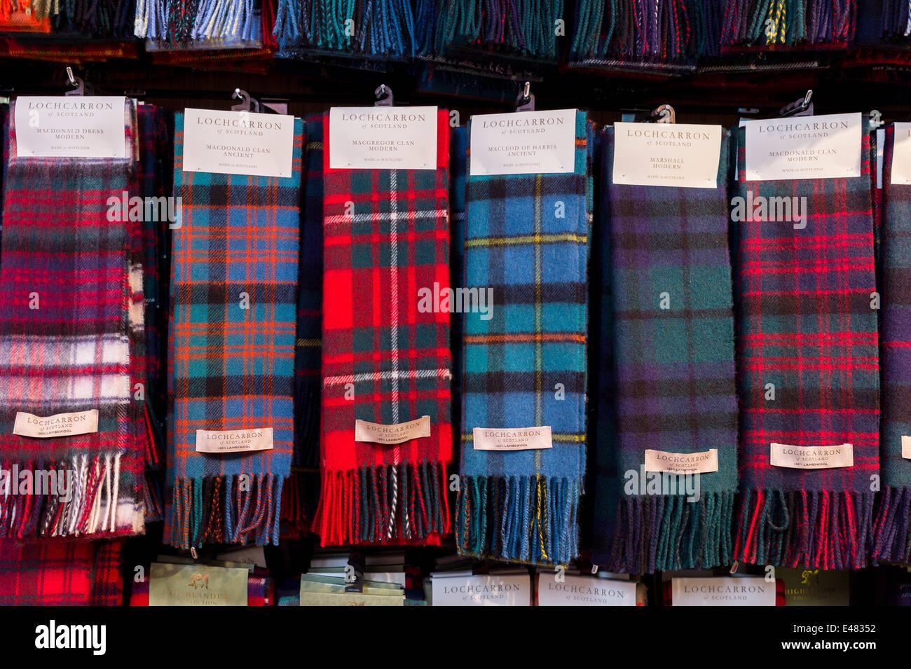 Highland traditionnelles écharpes tartan clan sur l affichage pour la vente  à Lochcarron Tisserands de Lochcarron dans les Highlands d ECOSSE 779b19b8aa4