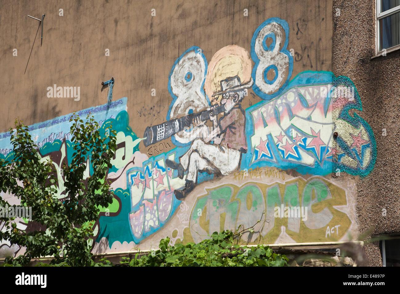 Shoreham Street, Sheffield, Royaume-Uni 5 juillet 2014. Une murale de Rolf Harris sur l'immeuble des Archives de Sheffield est d'être peint après l'artiste et l'artiste a été emprisonné pendant 5 ans et 9 mois pour la pudeur. Rolf Harris a peint le portrait de soi dans les années 1990 sur l'immeuble en Sheffeild centre-ville. Credit: Mark Richardson/Alamy Live News Banque D'Images