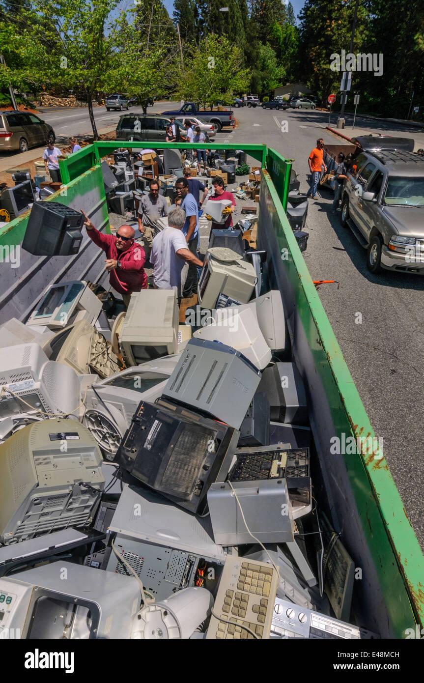 Les bénévoles d'aider à la collecte des déchets électroniques - programme d'éducation Photo Stock