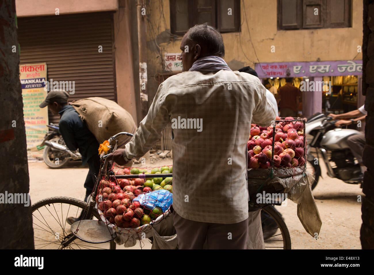 Le Népal, Katmandou, Bangemudha, vendeur de fruits avec location laden avec des pommes à vendre Photo Stock