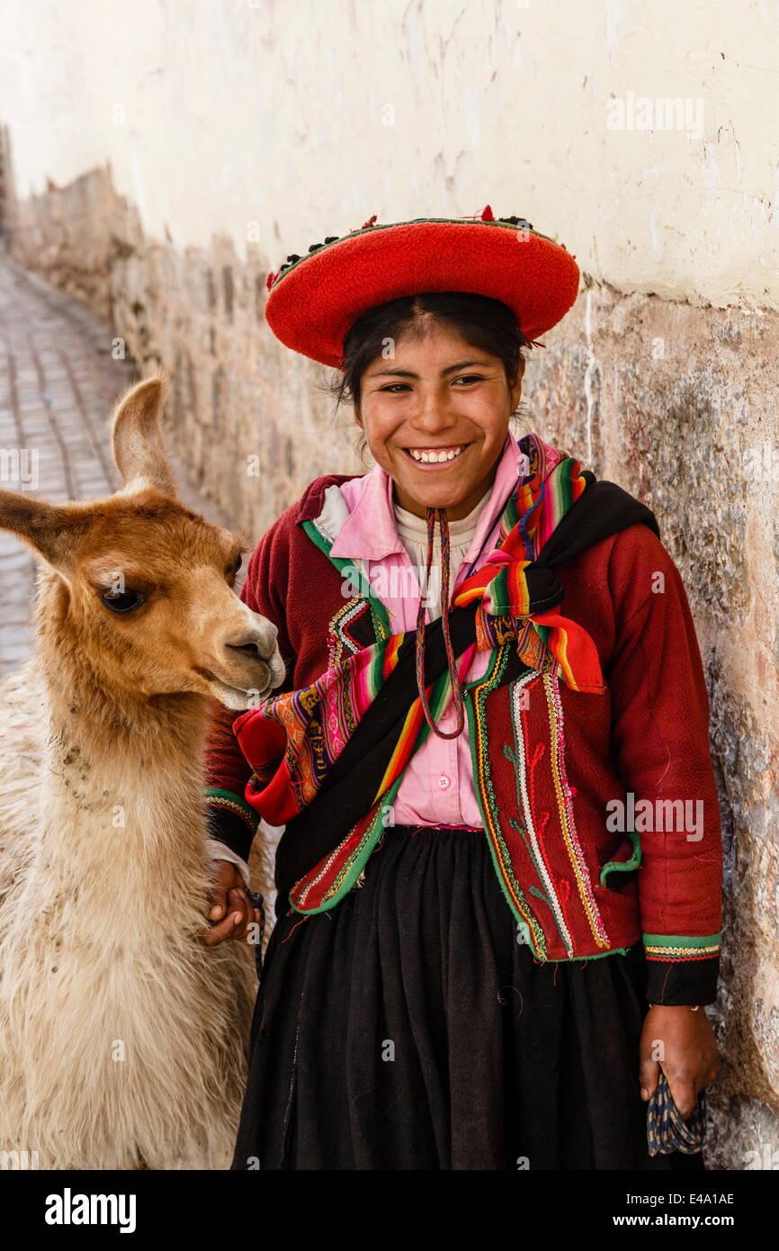 Portrait d'une jeune fille Quechua en costume traditionnel avec un lama, Cuzco, Pérou, Amérique du Photo Stock