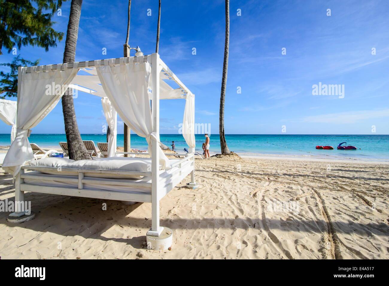 Lit à baldaquin sur la plage de Bavaro, Punta Cana, République dominicaine, Antilles, Caraïbes, Amérique Photo Stock