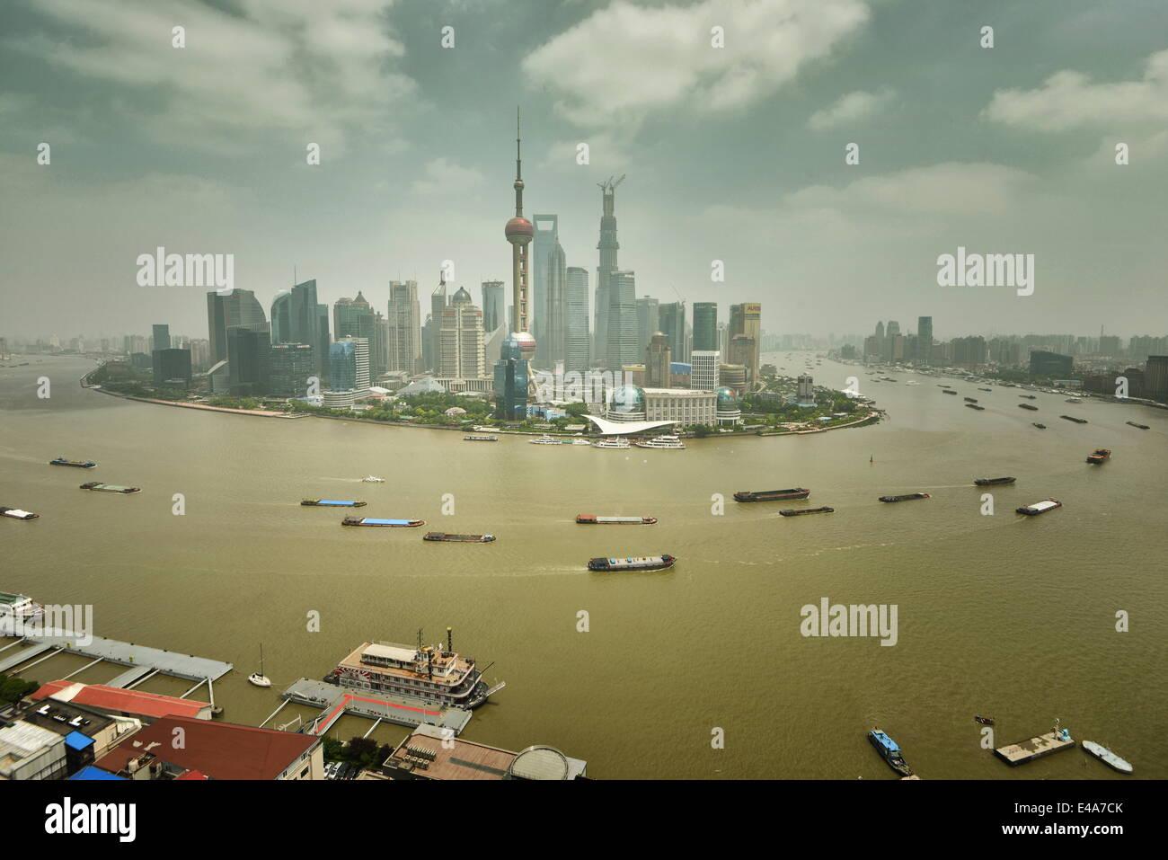 Shanghai Pudong avec la rivière Huangpu et le trafic maritime, Shanghai, Chine, Asie Photo Stock
