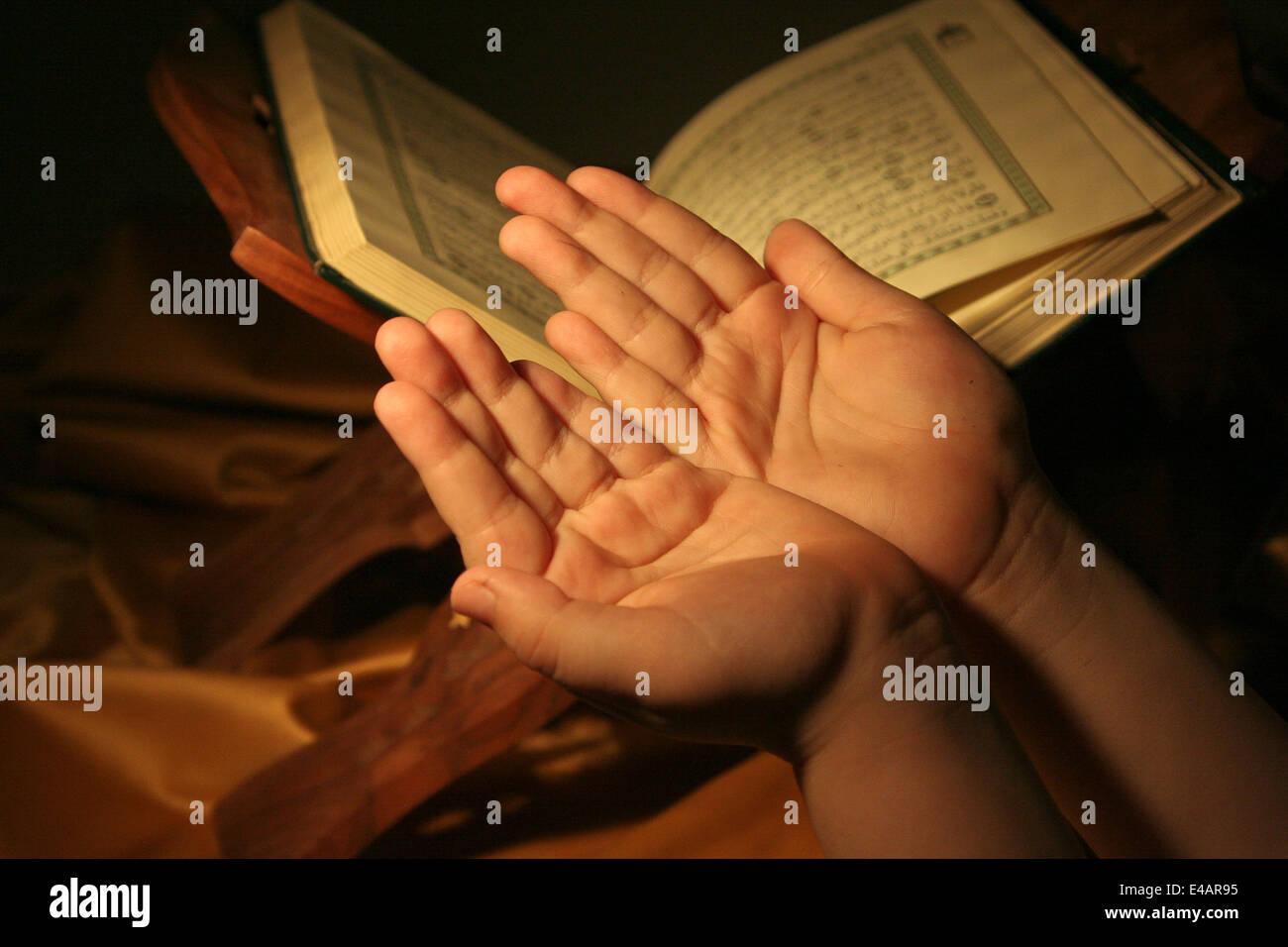 L'adoration, la lecture de Coran Photo Stock
