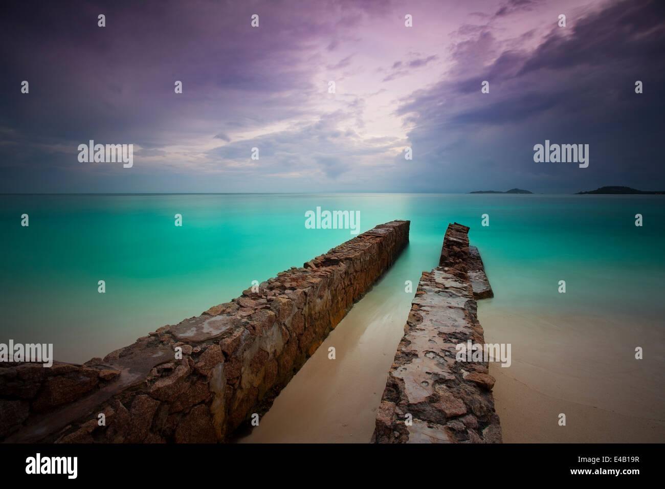 Plage de rêve avec les jaunes d'eau sur les seychelles Photo Stock
