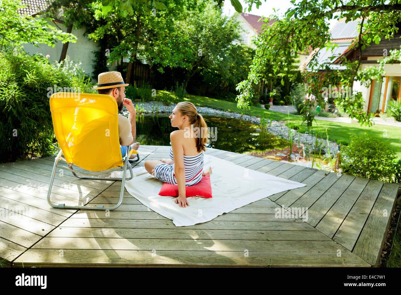 Couple hétérosexuel prend une pause par l'étang, Munich, Bavière, Allemagne Photo Stock