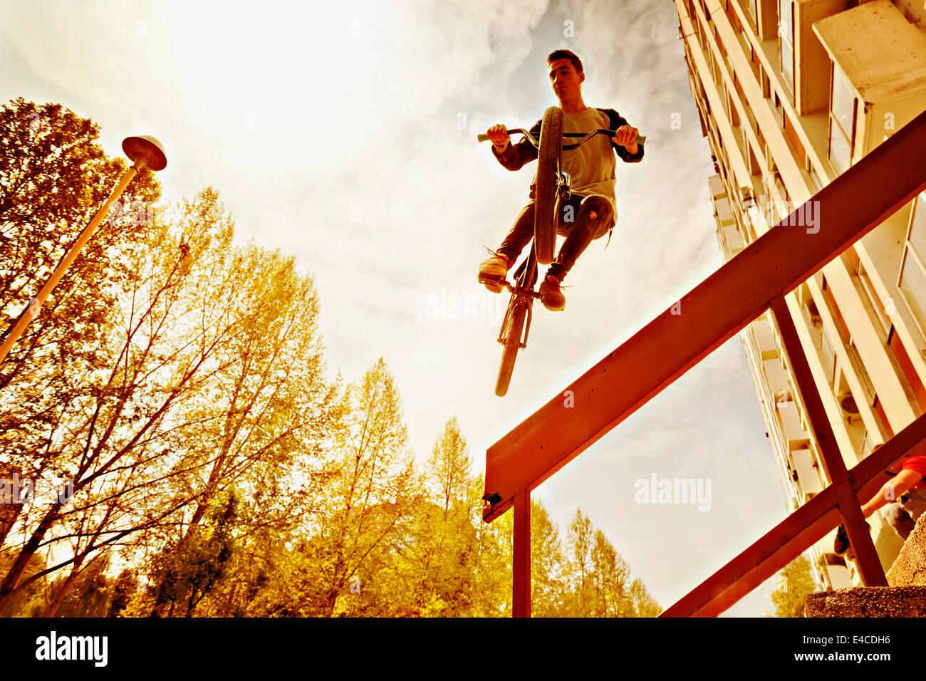 L'exécution d'un biker BMX stunt sur une balustrade Photo Stock