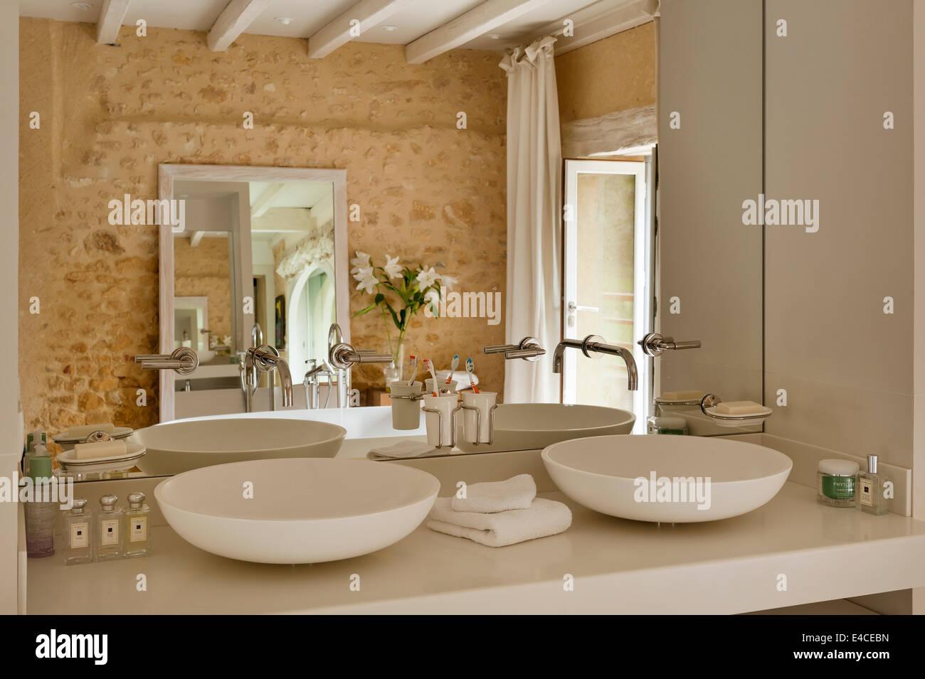 Cuillère 1 CER 700 bassins par l\'agapè dans la salle de bains avec ...