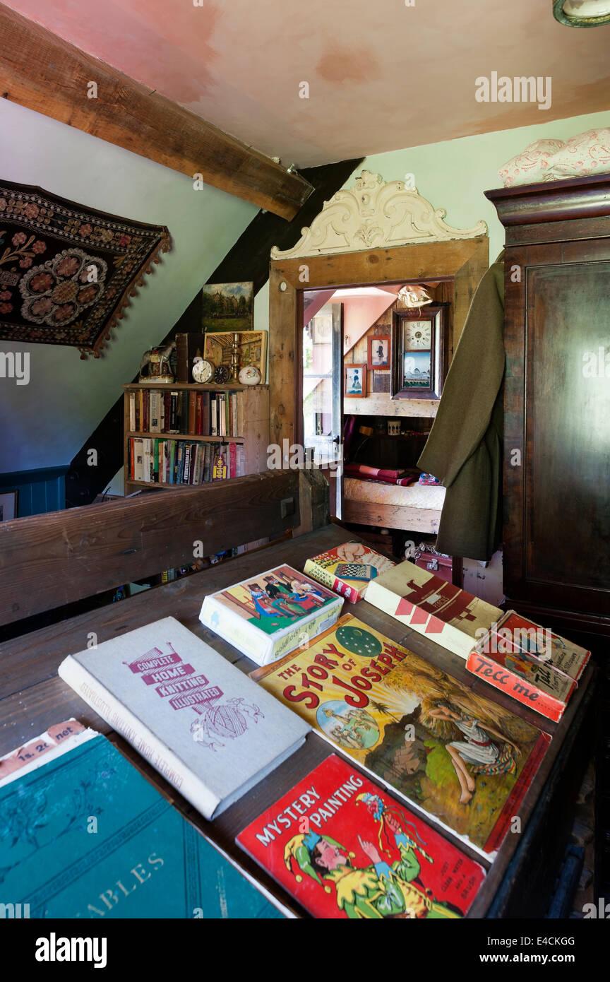 Une sélection de livres sur l'ancien châssis rack Photo Stock