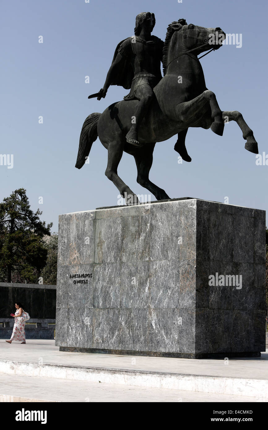 Un touriste passe devant la statue d'Alexandre le Grand à Thessalonique, Grèce Photo Stock
