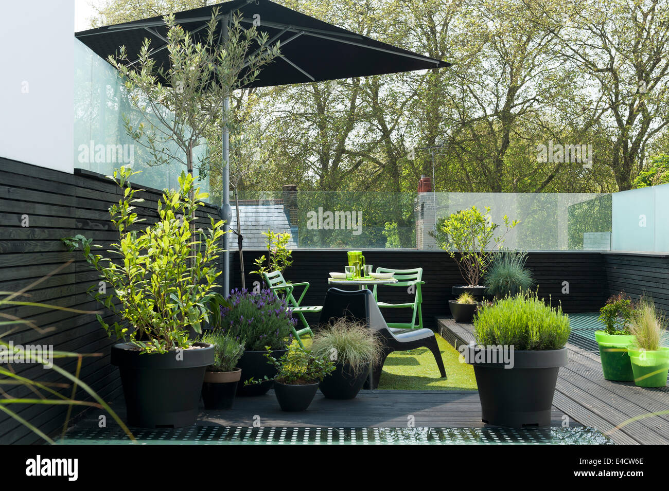 Mobilier De Jardin Et Plantes En Pot Sur La Terrasse De Toit
