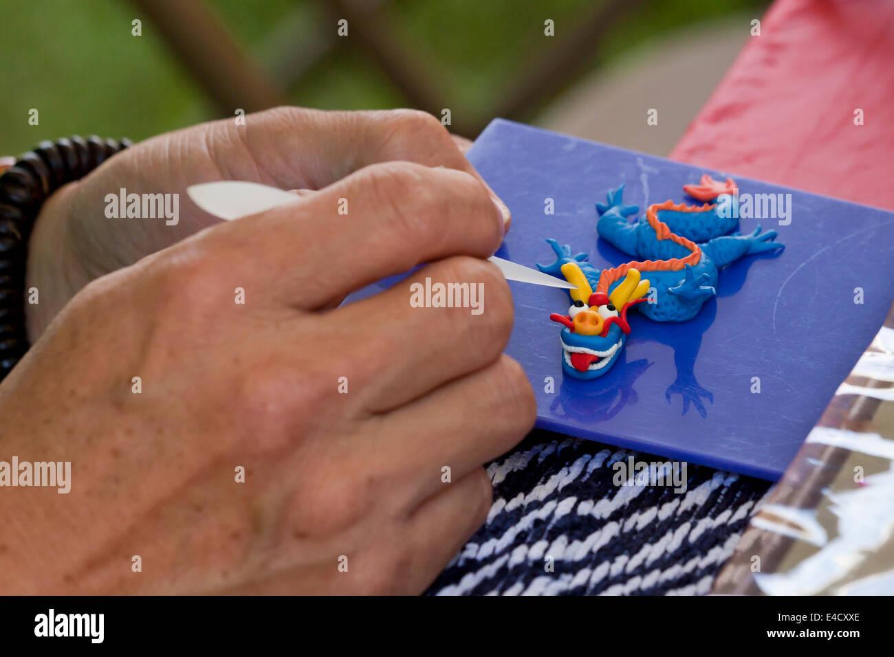 Man making dough modèle de signe zodiacal chinois dragon Photo Stock