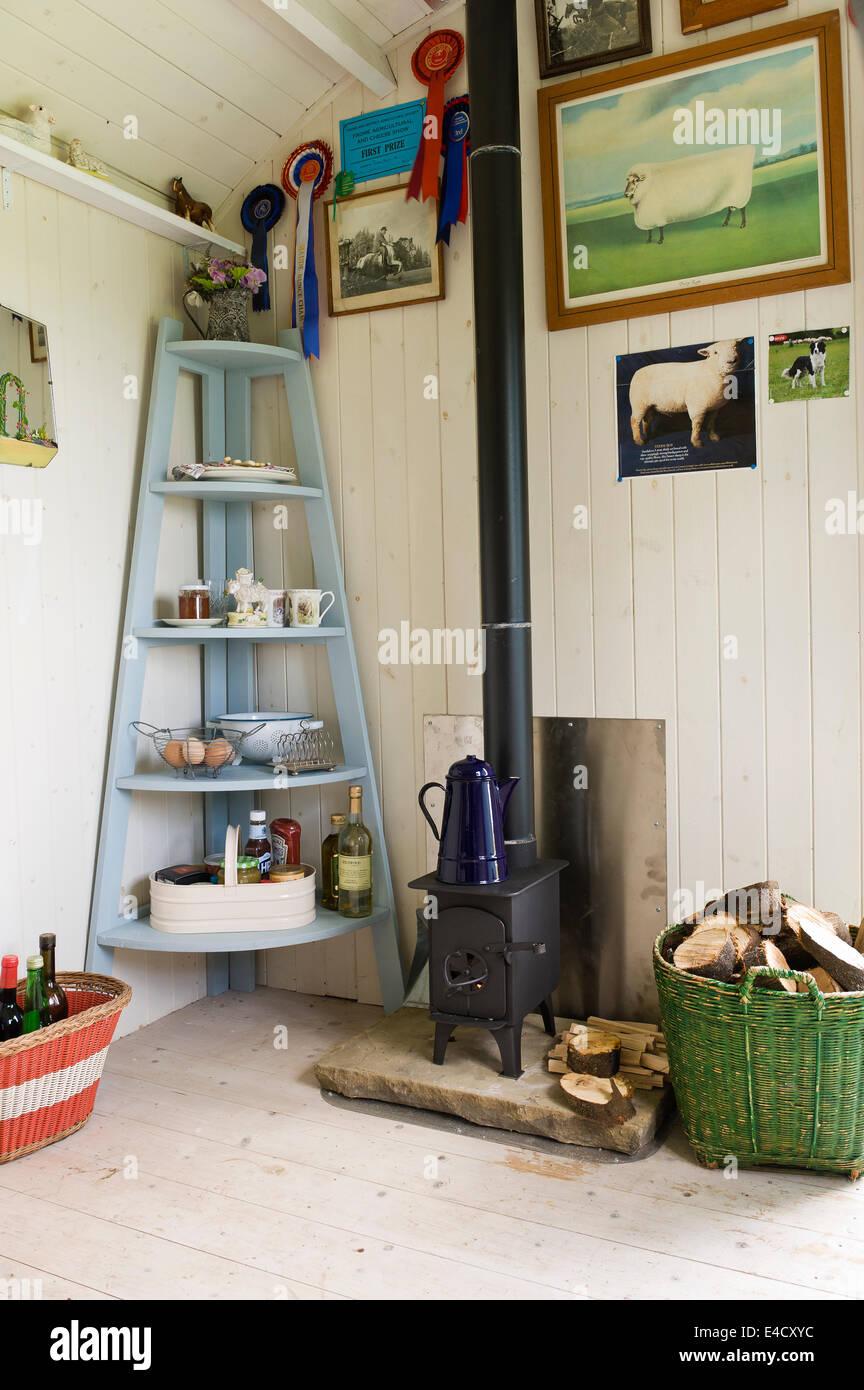 Lémail Est Assis Sur Un Pot De Café Wendy Poêle à Bois Par L