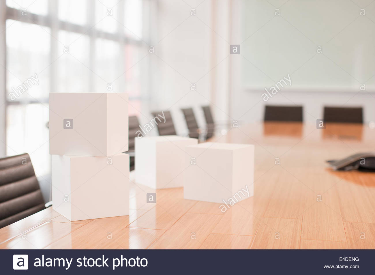 White cubes sur conference room table Photo Stock