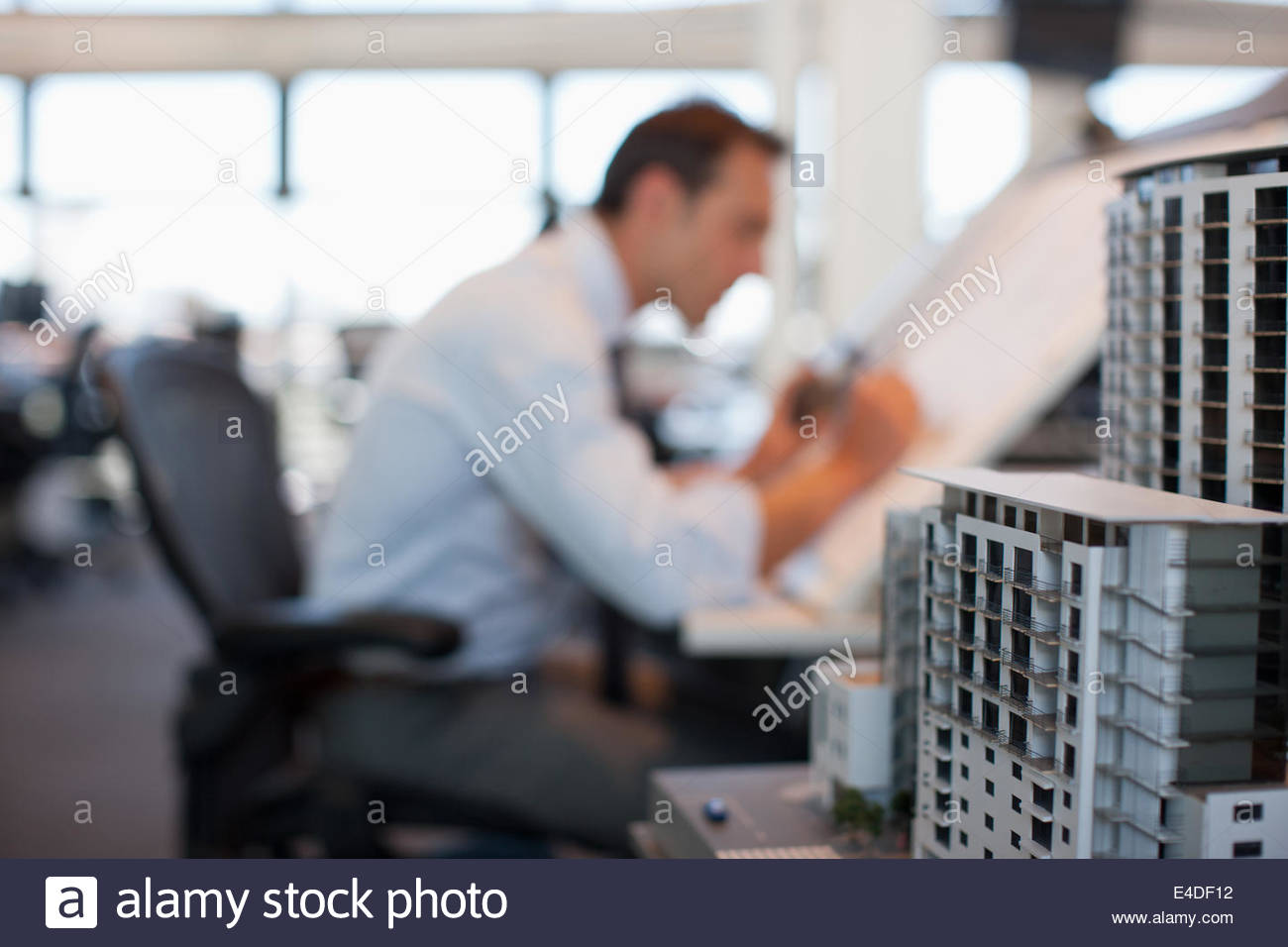 Businessman dessin sur table à dessin in office Photo Stock
