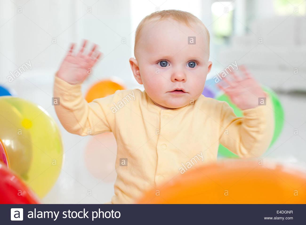 Bébé curieux avec des ballons Photo Stock