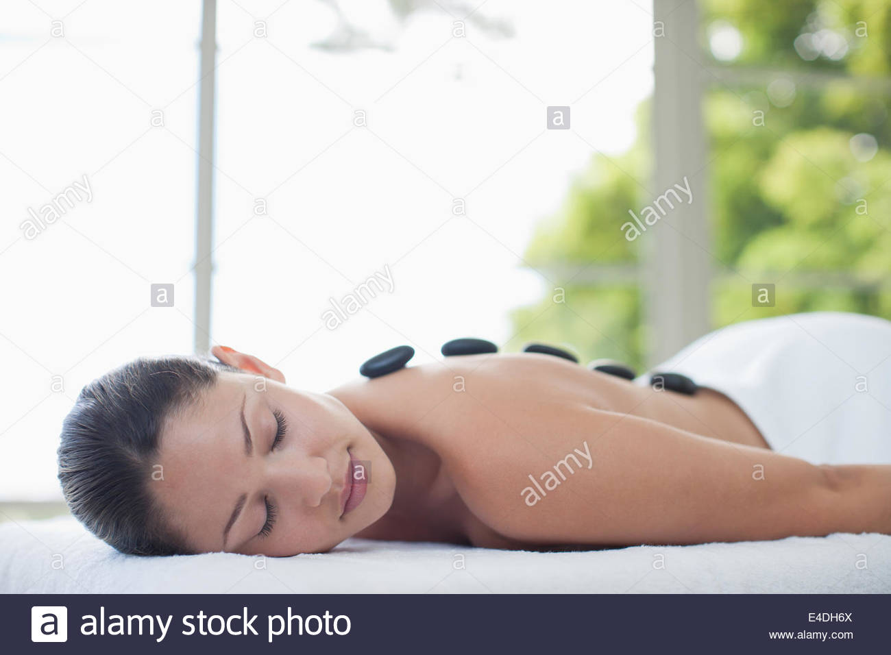 Woman enjoying thérapie avec pierres chaudes Photo Stock
