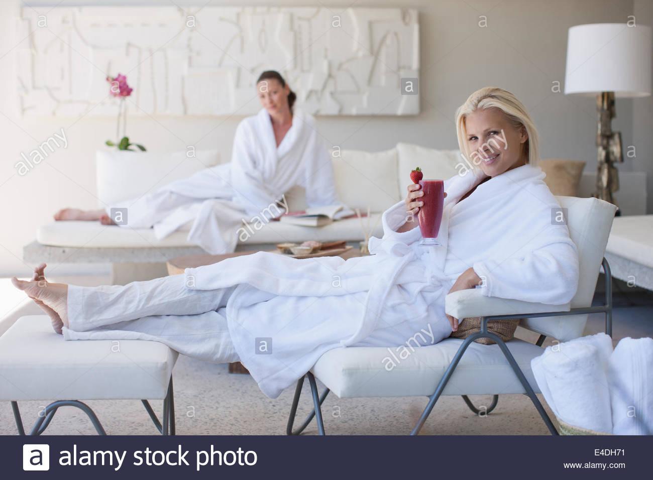 Les femmes se détendre dans un spa Photo Stock