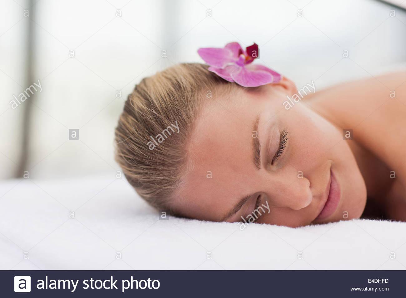 Woman avec orchidée dans les cheveux Photo Stock