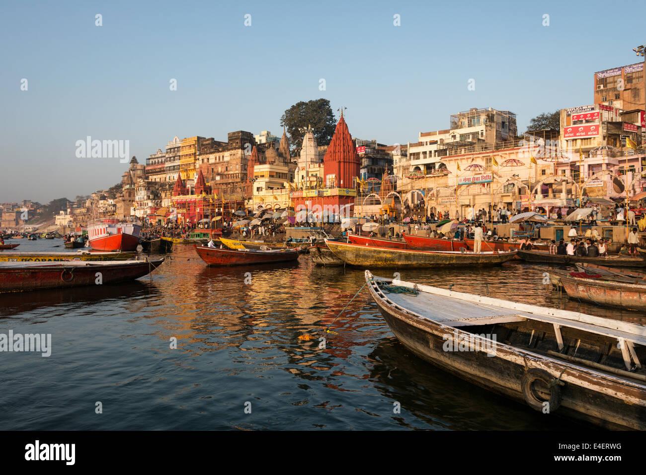 Ghats de vieille ville de Varanasi vu depuis le fleuve saint Ganges. Photo Stock
