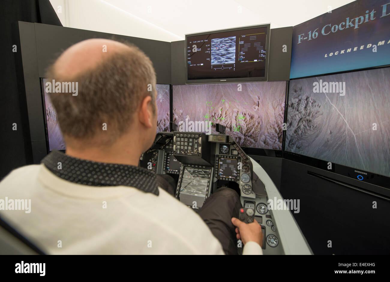 RAF Fairford, Gloucestershire UK. 9 juillet 2014. Lockheed Martin F16 Fighting Falcon full size sur simulateur de cockpit display à la presse avant l'ouverture de RIAT le vendredi 11 juillet. Credit: Malcolm Park editorial/Alamy Live News Banque D'Images