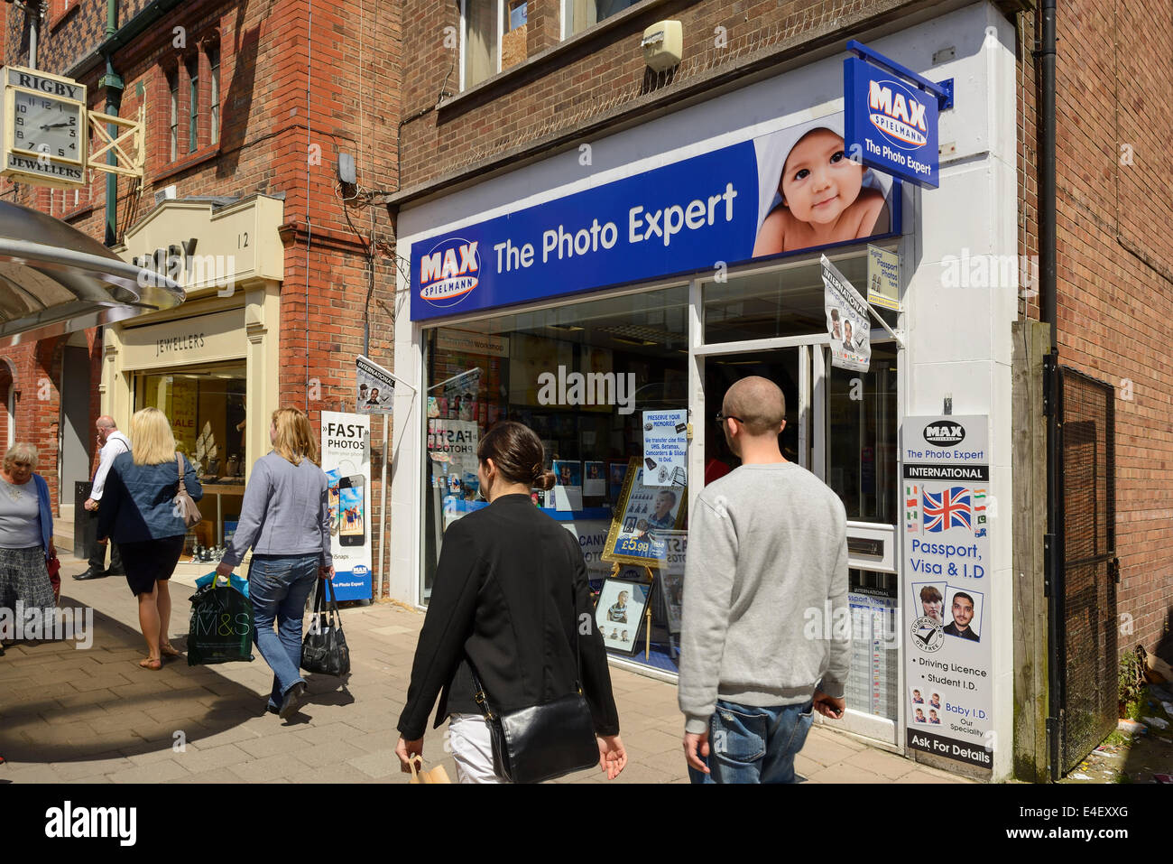Des gens devant un magasin de photo Max Spielmann Photo Stock