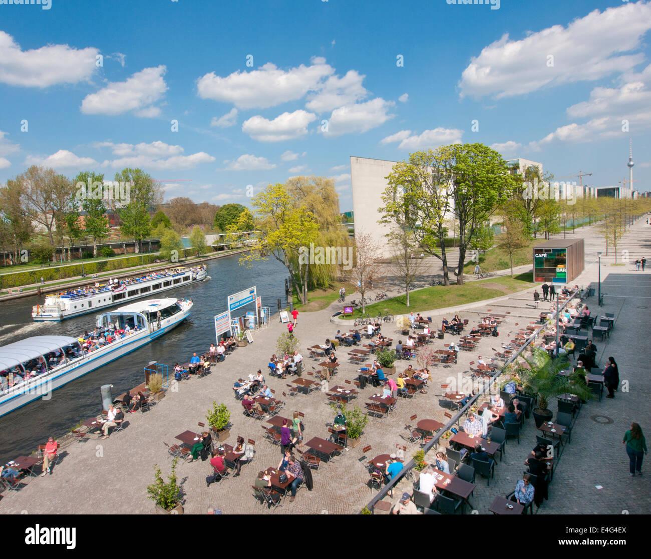 Le café restaurant à l'extérieur de la Chambre des Cultures du Monde à Berlin Allemagne Photo Stock