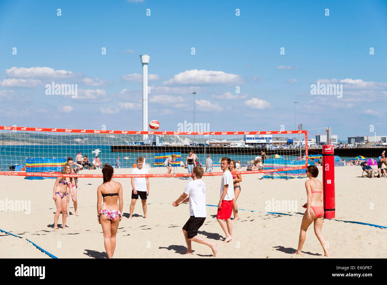 Les gens à jouer au volleyball de plage de Weymouth, Dorset, UK. Photo Stock