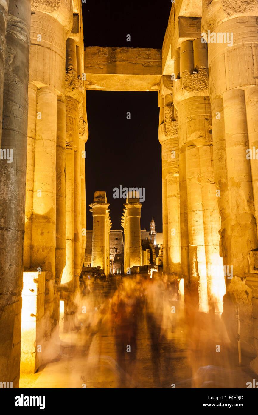 Grande Colonnade illuminée la nuit. Le temple de Louxor, Egypte Photo Stock