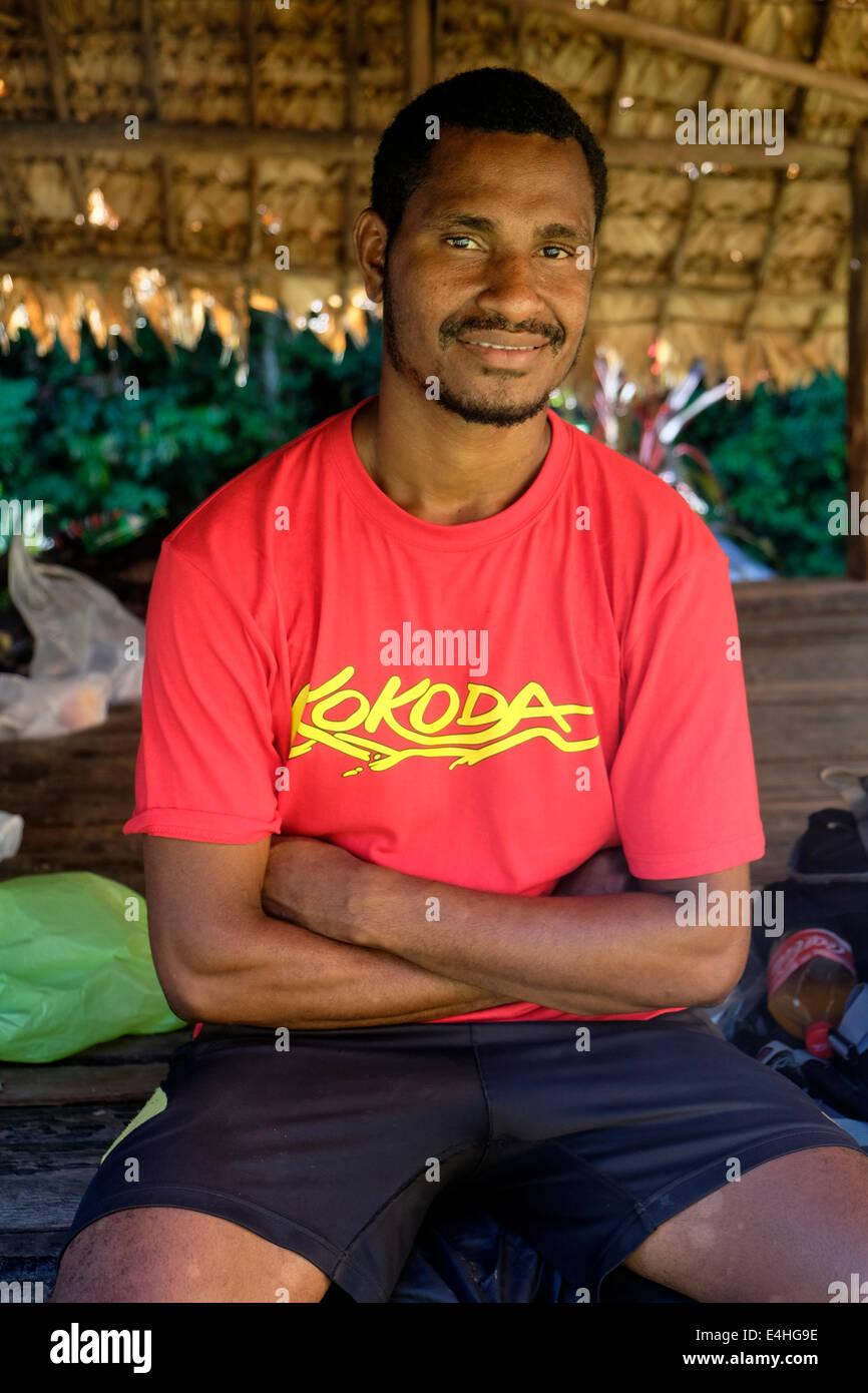 Un guide de trek sur le Kokoda Track en Papouasie Nouvelle Guinée Photo Stock