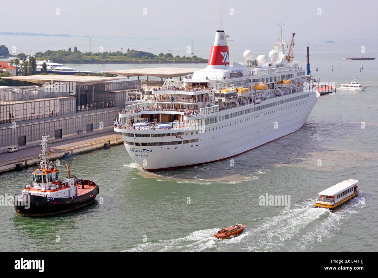 Les passagers sur le pont du bateau de croisière Fred Olsen Lines Boudica sont remorqués vers l'arrière par remorqueur Banque D'Images