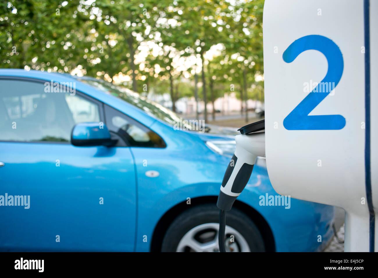 La voiture électrique d'être rechargé à une station service, dans la rue Photo Stock