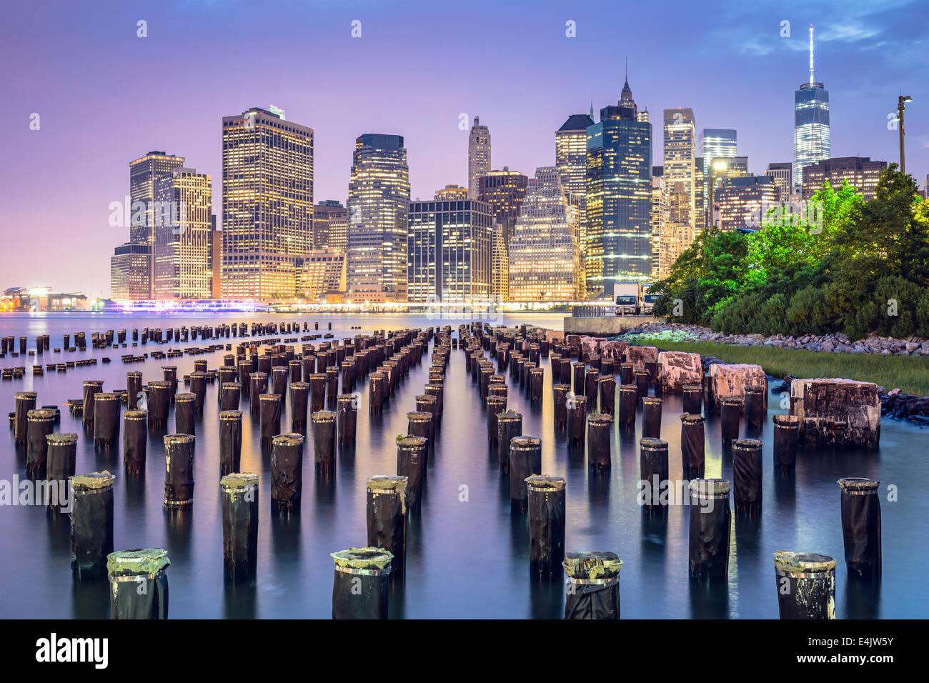 La ville de New York, USA skyline at night. Photo Stock