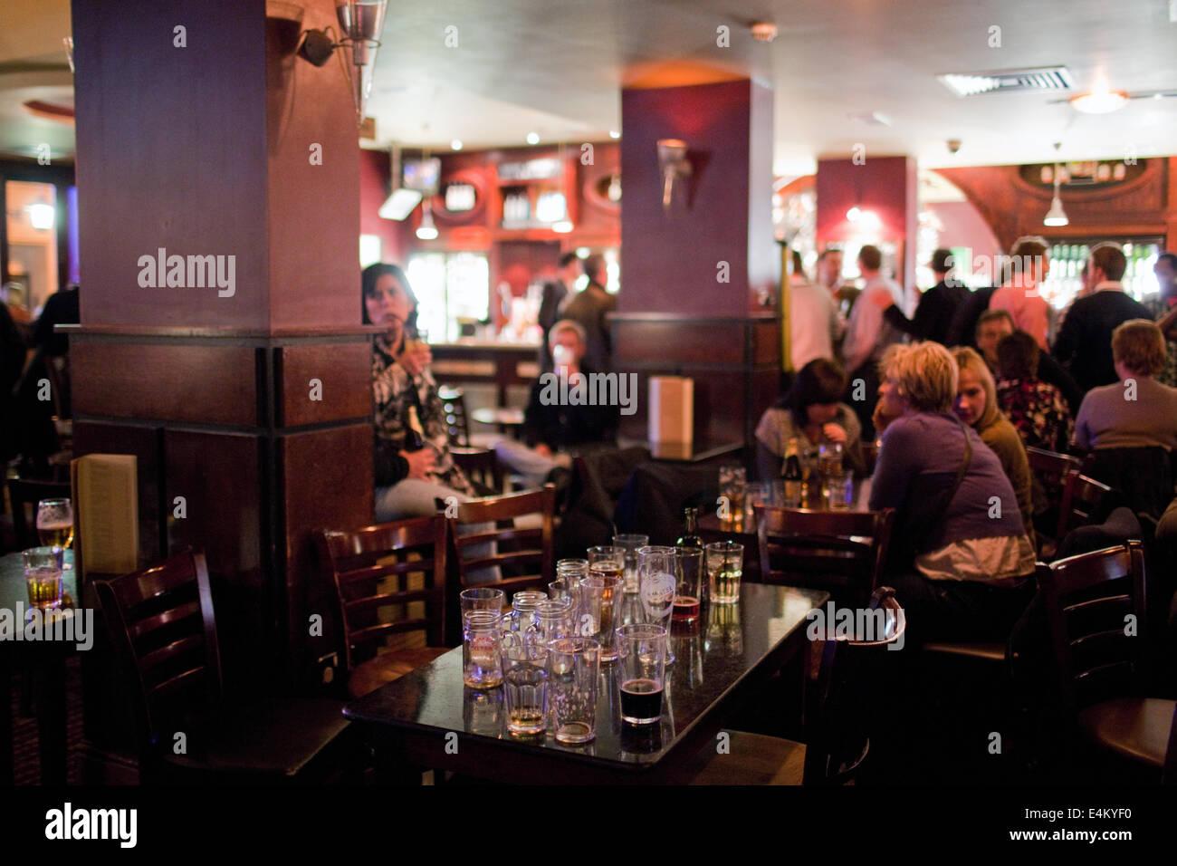 Une table pleine de verres vides dans un pub un soir de fin de semaine dans la région de Cardiff, Pays de Galles, Photo Stock