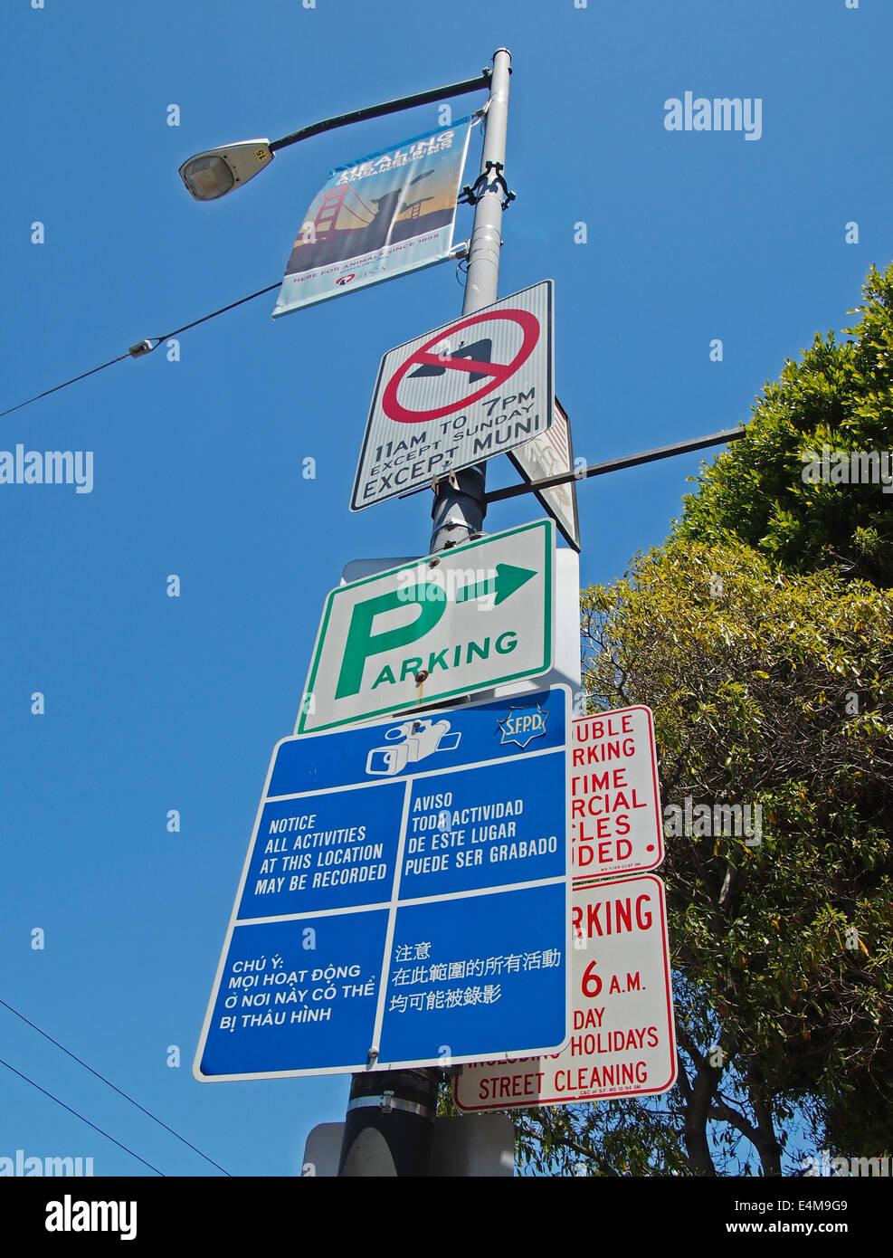 Réverbère sur signes, multilingue, San Francisco Photo Stock