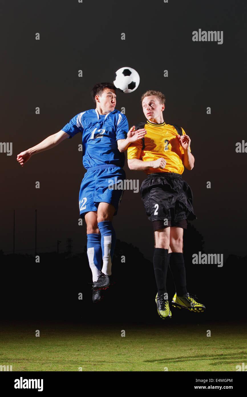 Les joueurs de football visant pour la balle Banque D'Images