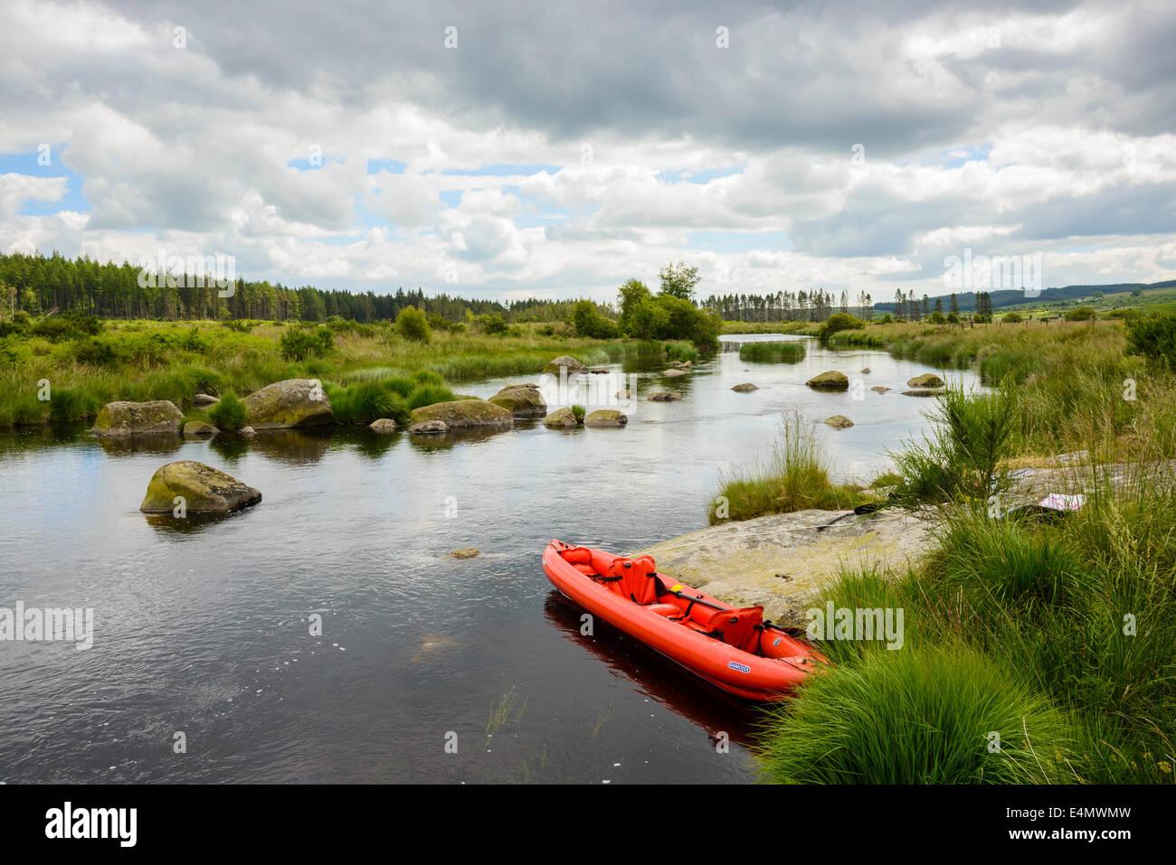 Canoë sur la rivière Dee, Galloway Forest, Dumfries et Galloway, Écosse Photo Stock