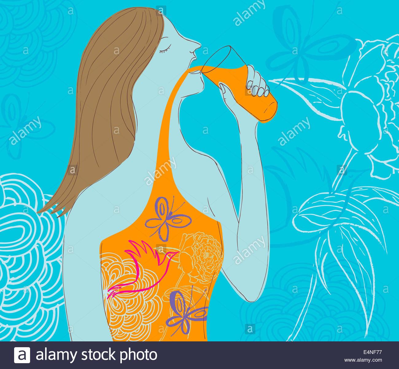 Femme à boire le jus naturel Photo Stock