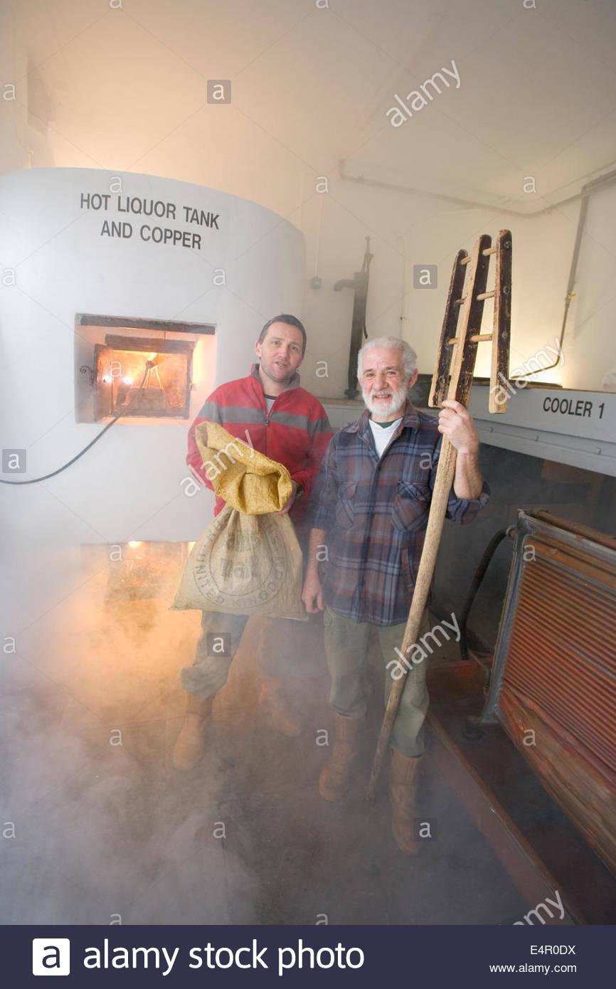 Deux brasseries posent pour une photo de la cuve d'alcool chaud destiné à l'origine à brewhouse Photo Stock