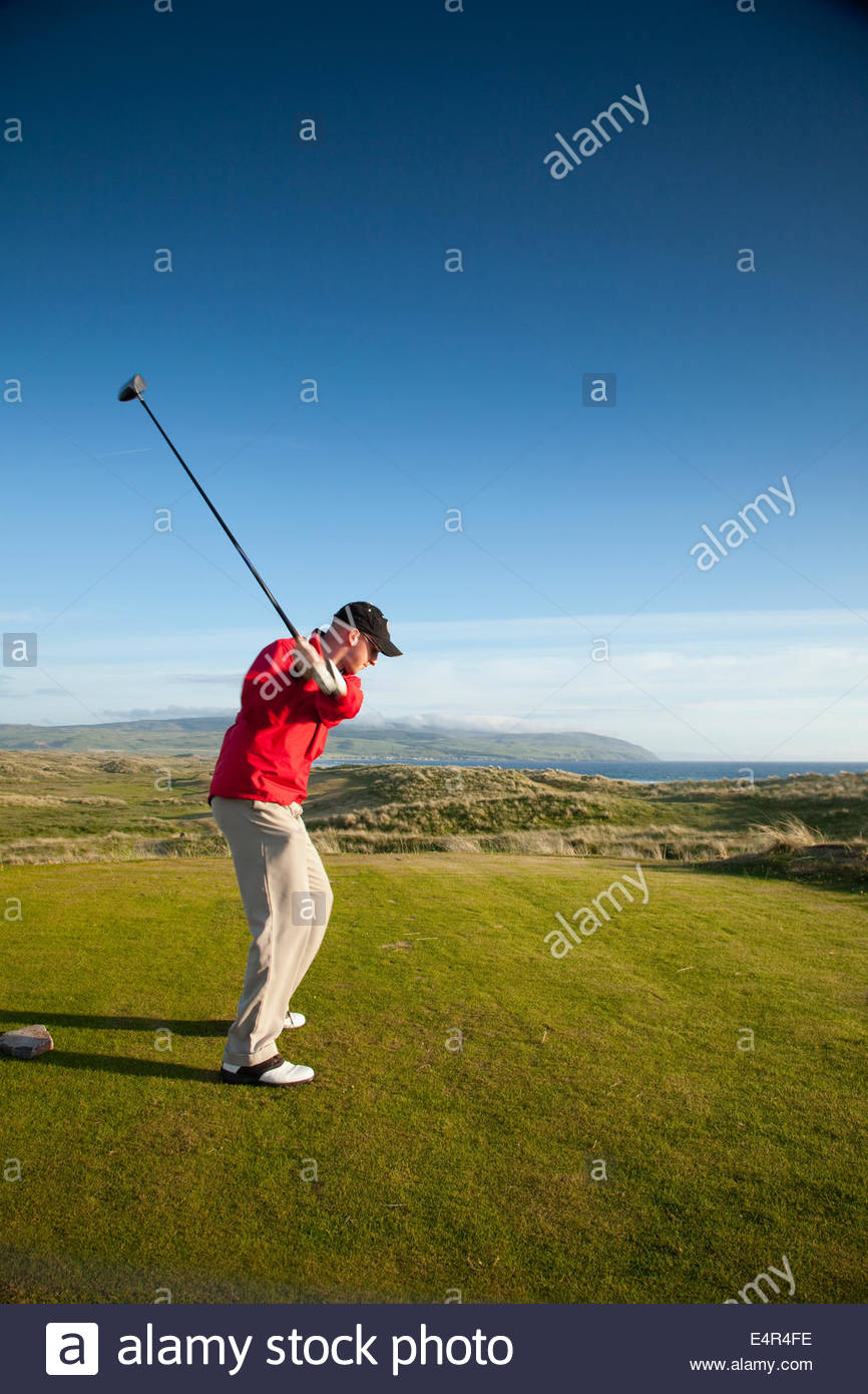 Un golfeur joue l'un des trous du Machrihanish Dunes Golf Club, Machrihanish, Kintyre, Argyll, Scotland. Photo Stock