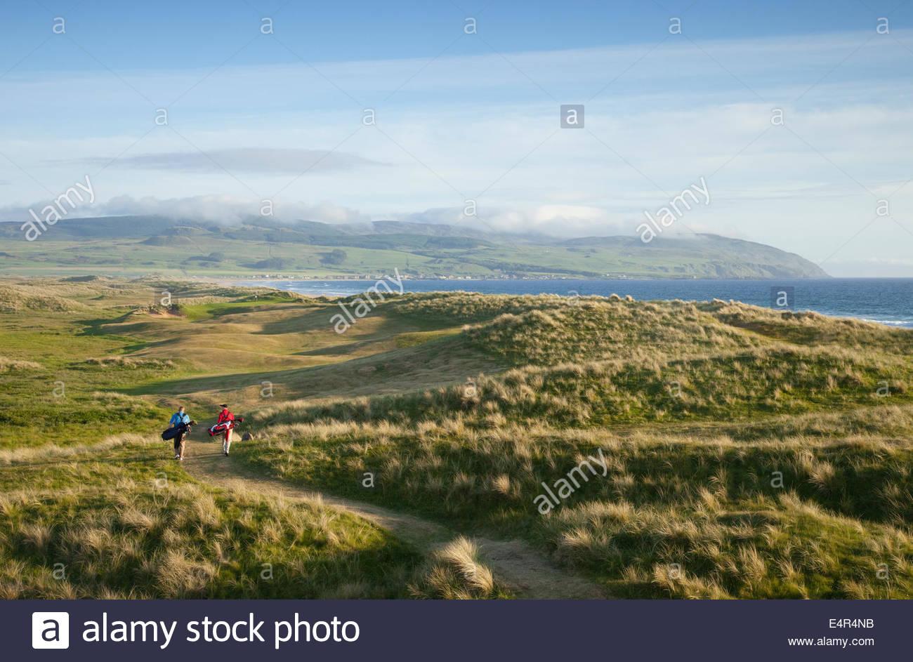 Les golfeurs à pied entre les deux trous sur le Machrihanish Dunes Golf Club, Machrihanish, Kintyre, Argyll, Photo Stock