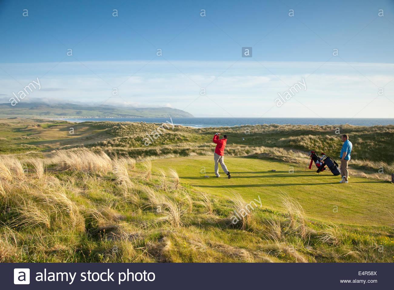 Deux joueurs jouent l'un des trous du Machrihanish Dunes Golf Club, Machrihanish, Kintyre, Argyll, Scotland. Photo Stock