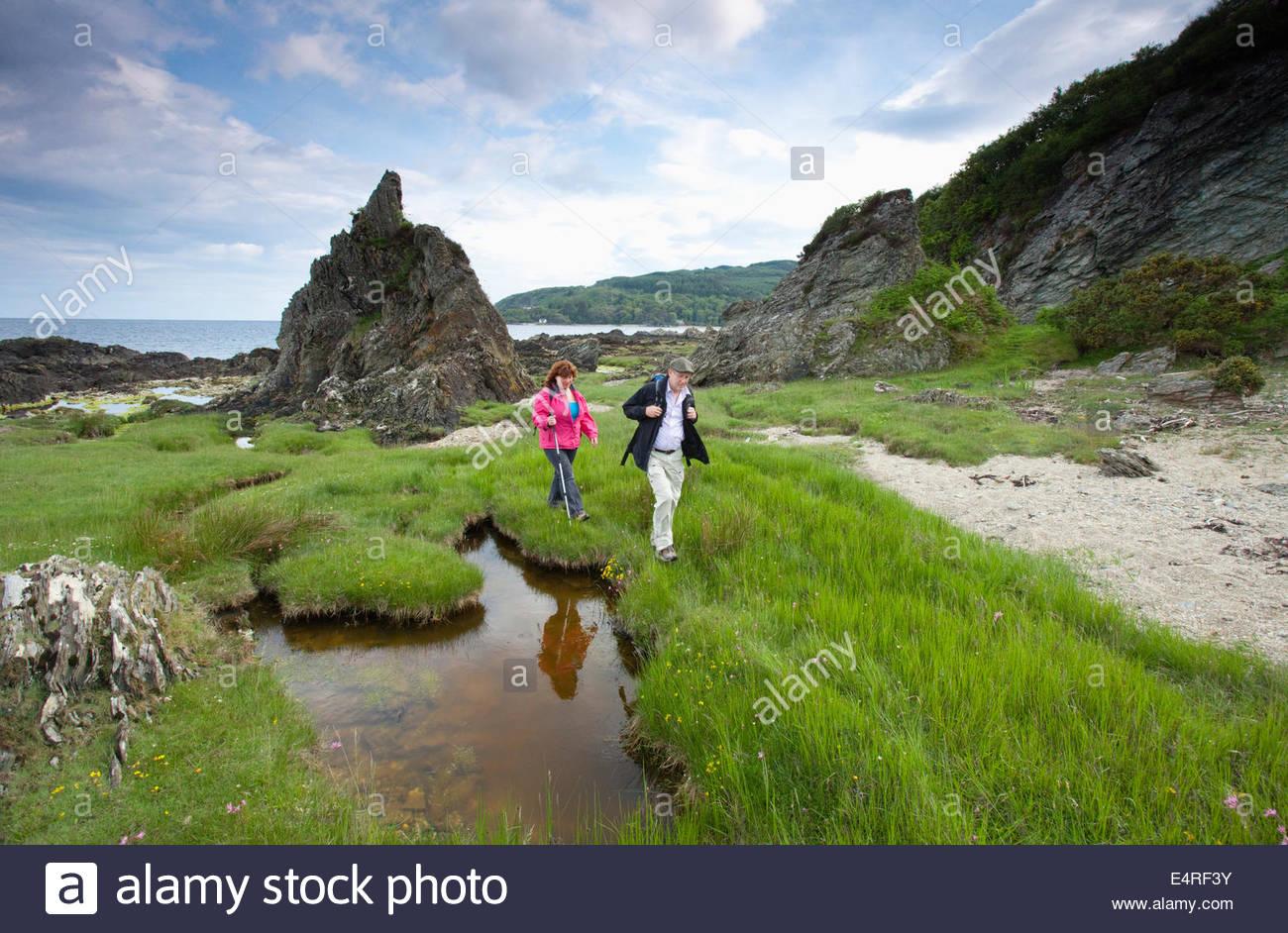 Un couple de marcheurs sur le chemin - un Kintyre long distance footpath, près de Carradale, Kintyre, Argyl, Photo Stock