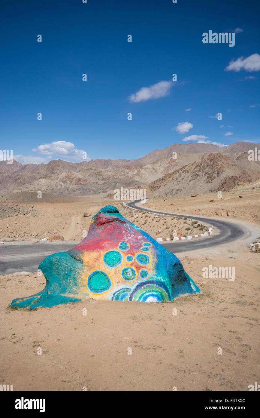La roche peinte psychédélique est en forme de grenouille. Un élément inattendu et amusant sur le bord de la route à Ladakh, en Inde. Banque D'Images