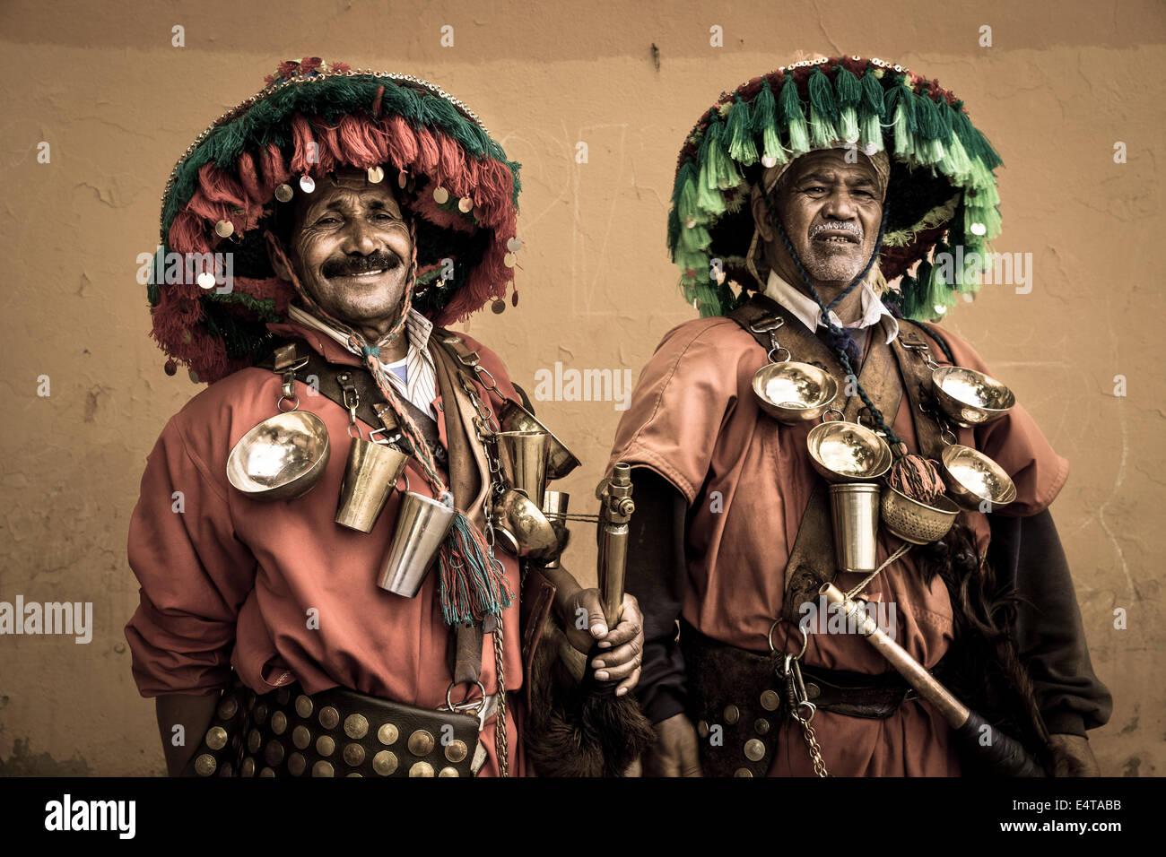 Deux vendeurs d'eau dans la ville marocaine de Marrakech Banque D'Images