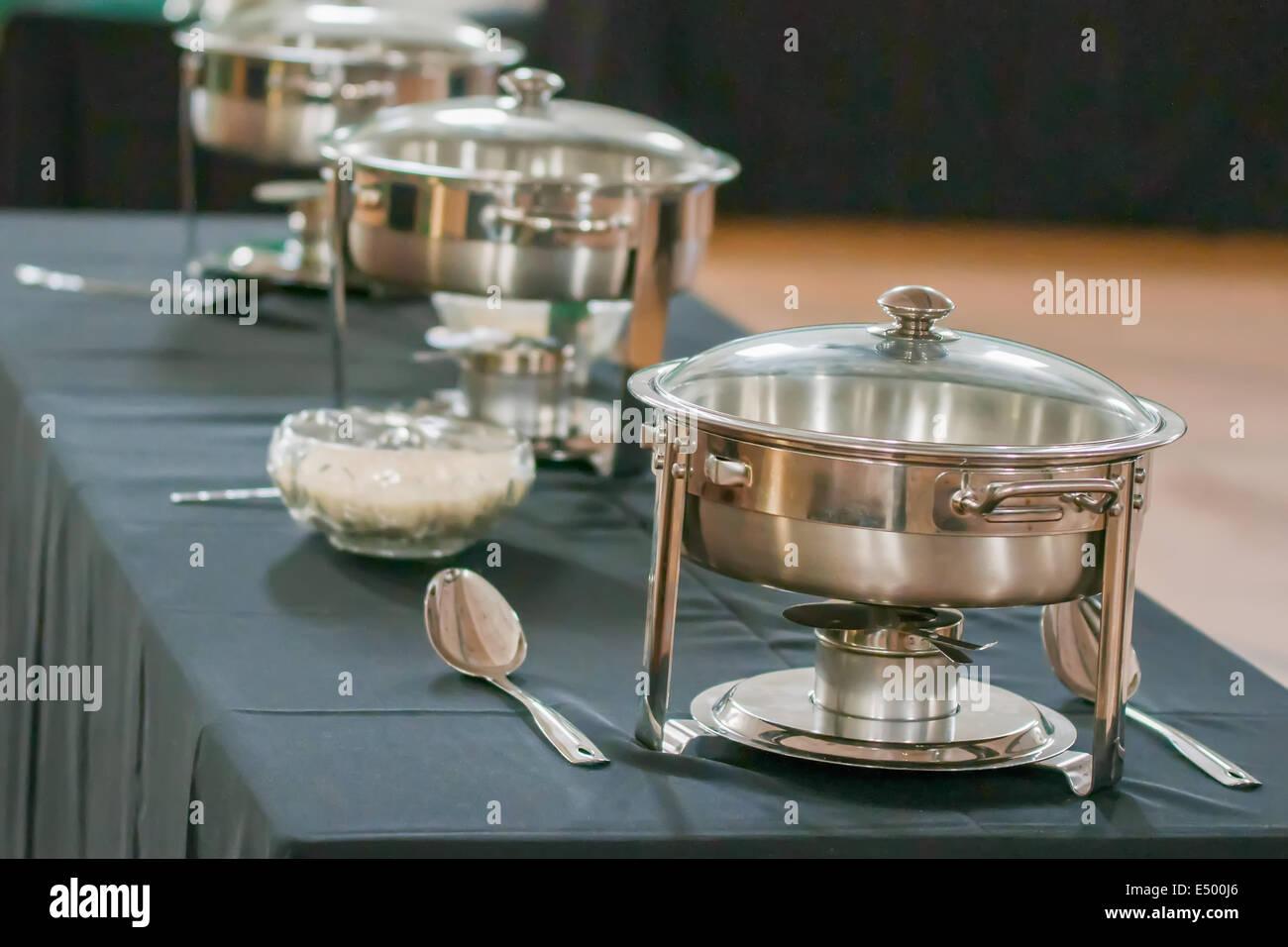 table de banquet avec chauffe plat r chaud banque d 39 images. Black Bedroom Furniture Sets. Home Design Ideas